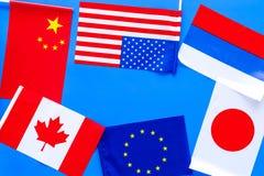 Coopération de pays, relations de pays Drapeaux des comtés sur le cadre bleu de l'espace de copie de vue supérieure de fond photographie stock