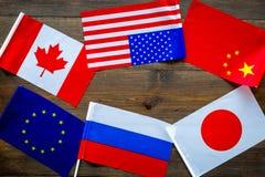 Coopération de pays, relations de pays Drapeaux des comtés sur le cadre en bois foncé de l'espace de copie de vue supérieure de f photographie stock libre de droits
