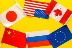 Coopération de pays, relations de pays Drapeaux des comtés sur le cadre jaune de l'espace de copie de vue supérieure de fond photos libres de droits