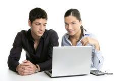 Cooperación joven del trabajo en equipo de los pares con la computadora portátil Imágenes de archivo libres de regalías