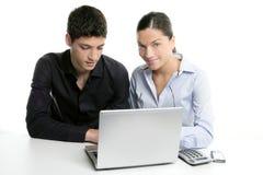 Cooperación joven del trabajo en equipo de los pares con la computadora portátil Imagen de archivo