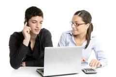 Cooperación joven del trabajo en equipo de los pares con la computadora portátil Fotos de archivo