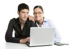 Cooperación joven del trabajo en equipo de los pares con la computadora portátil Foto de archivo libre de regalías