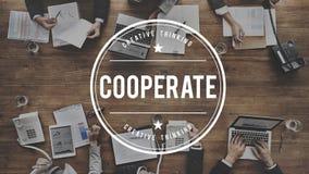 Coopere participam conceito dos trabalhos de equipa da parceria foto de stock