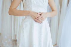 Coordenada da mão da noiva asiática bonita da mulher com anel de noivado em seu dedo, cerimônia no dia do casamento, feliz e no s fotos de stock royalty free
