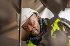 Coordenador africano no trabalho no canteiro de obras imagens de stock
