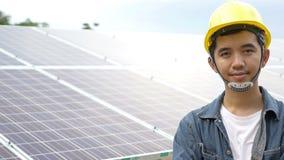 Coordenador asiático que verifica o painel solar filme