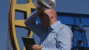 Coordenador cansado Working do petróleo em extrair a indústria petroleira que verifica Installatio foto de stock royalty free