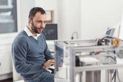 Coordenador considerável que usa a tabuleta e controlando a impressora 3D Imagem de Stock Royalty Free