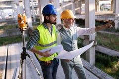 Coordenador, contramestre e trabalhador discutindo no local da constru??o civil foto de stock royalty free