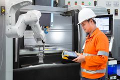 Coordenador da manutenção que programa a mão robótico automática com CNC imagem de stock