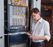 Coordenador da rede na sala do servidor imagem de stock
