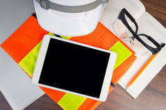 Coordenador da tabela de funcionamento com tabuleta e ferramentas no negócio da indústria da refinaria de petróleo Fotografia de Stock Royalty Free