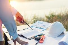 Coordenador da tabela de funcionamento com tabuleta e ferramentas no negócio da indústria da refinaria de petróleo Foto de Stock