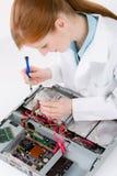 Coordenador de computador fêmea da sustentação - reparo da mulher Fotografia de Stock Royalty Free