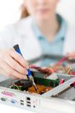 Coordenador de computador fêmea da sustentação - reparo da mulher imagens de stock
