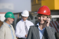 Coordenador de construção em seu telemóvel Foto de Stock Royalty Free