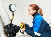 Coordenador do aquecimento no quarto de caldeira Fotografia de Stock Royalty Free