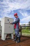 Coordenador do construtor do eletricista que verifica dados Fotos de Stock