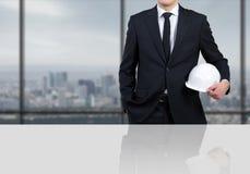 Coordenador do homem de negócios com capacete branco Fotografia de Stock Royalty Free