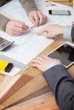Coordenador do homem de negócios e de construção que trabalha junto Imagens de Stock