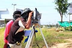 Coordenador do topógrafo que faz a medição Fotos de Stock