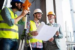 Coordenador e gerente de terreno de constru??o que trata os modelos e os planos foto de stock royalty free
