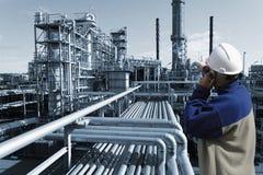 Coordenador e refinaria de petróleo Fotografia de Stock Royalty Free