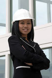 Coordenador fêmea asiático com os braços dobrados Fotos de Stock Royalty Free