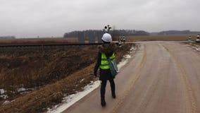 Coordenador fêmea da estrada de ferro para tomar imagens do transformador de poder video estoque