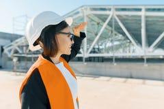 Coordenador fêmea maduro no canteiro de obras Conceito da construção, do desenvolvimento, dos trabalhos de equipa e dos povos imagens de stock