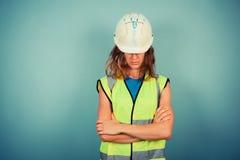 Coordenador fêmea novo no vis e no capacete de segurança altos imagens de stock