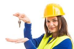 Coordenador fêmea novo que apresenta chaves da casa imagem de stock royalty free
