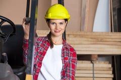 Coordenador fêmea seguro Wearing Hardhat By fotos de stock