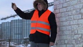 Coordenador filmado com o PC da tabuleta perto dos tanques no inverno vídeos de arquivo