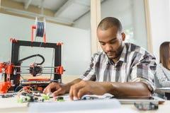 Coordenador masculino inteligente que projeta a máquina de impressão tridimensional Imagens de Stock