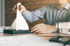 Coordenador masculino que usa o modelo moderno da captura em seu escritório Testes ha Imagens de Stock Royalty Free