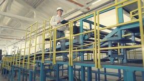 Coordenador na fábrica industrial vídeos de arquivo