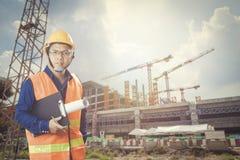 Coordenador no canteiro de obras com fundo da construção grande Foto de Stock Royalty Free