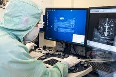 Coordenador no quarto desinfetado da microeletrônica Fotos de Stock Royalty Free