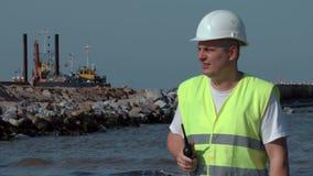 Coordenador no Walkietalkie no beira-mar vídeos de arquivo