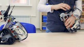 Coordenador novo do menino que opera o robô sem fio Close-up vídeos de arquivo