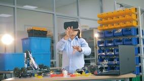Coordenador novo em vidros de VR que gesticula, fim acima vídeos de arquivo