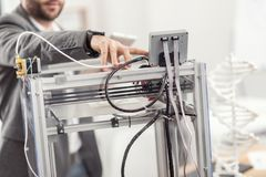 Coordenador novo que começa o funcionamento da impressora 3D Fotos de Stock Royalty Free