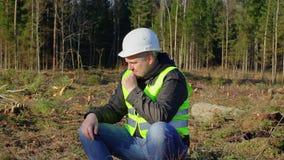 Coordenador preocupado da floresta na floresta filme