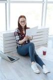Coordenador profissional alegre que trabalha em casa fotos de stock royalty free