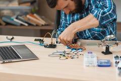 Coordenador que cria a construção eletrônica no laboratório imagens de stock