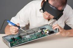 Coordenador que repara a placa de circuito Fotografia de Stock Royalty Free