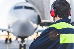 Coordenador que tem o trabalho no airdrome Imagens de Stock Royalty Free