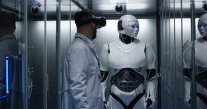 Coordenador que testa em controles do robô imagem de stock